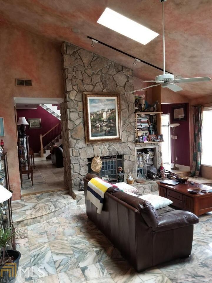 View Slide 4 for listing 8975132