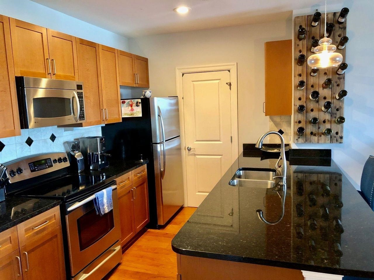 View Slide 4 for listing 9017408