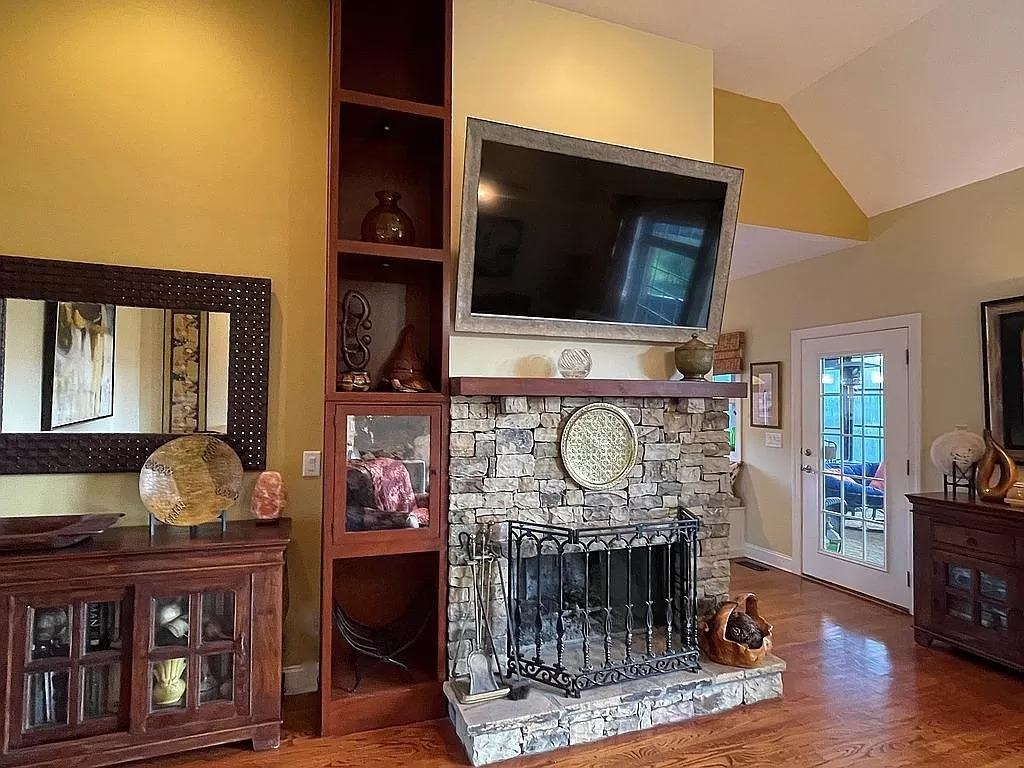 View Slide 12 for listing 9015961
