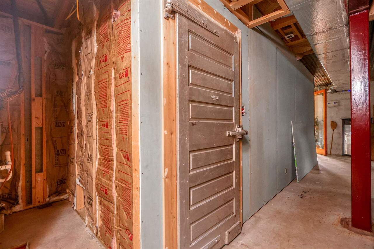 View Slide 23 for listing 8981726
