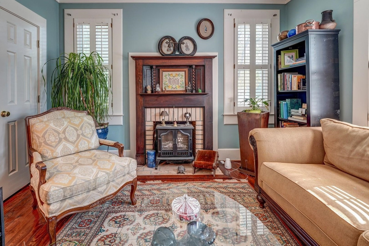 View Slide 16 for listing 9033787