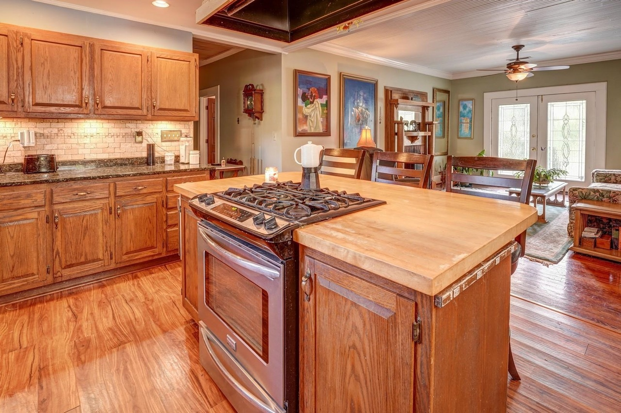 View Slide 9 for listing 9033787