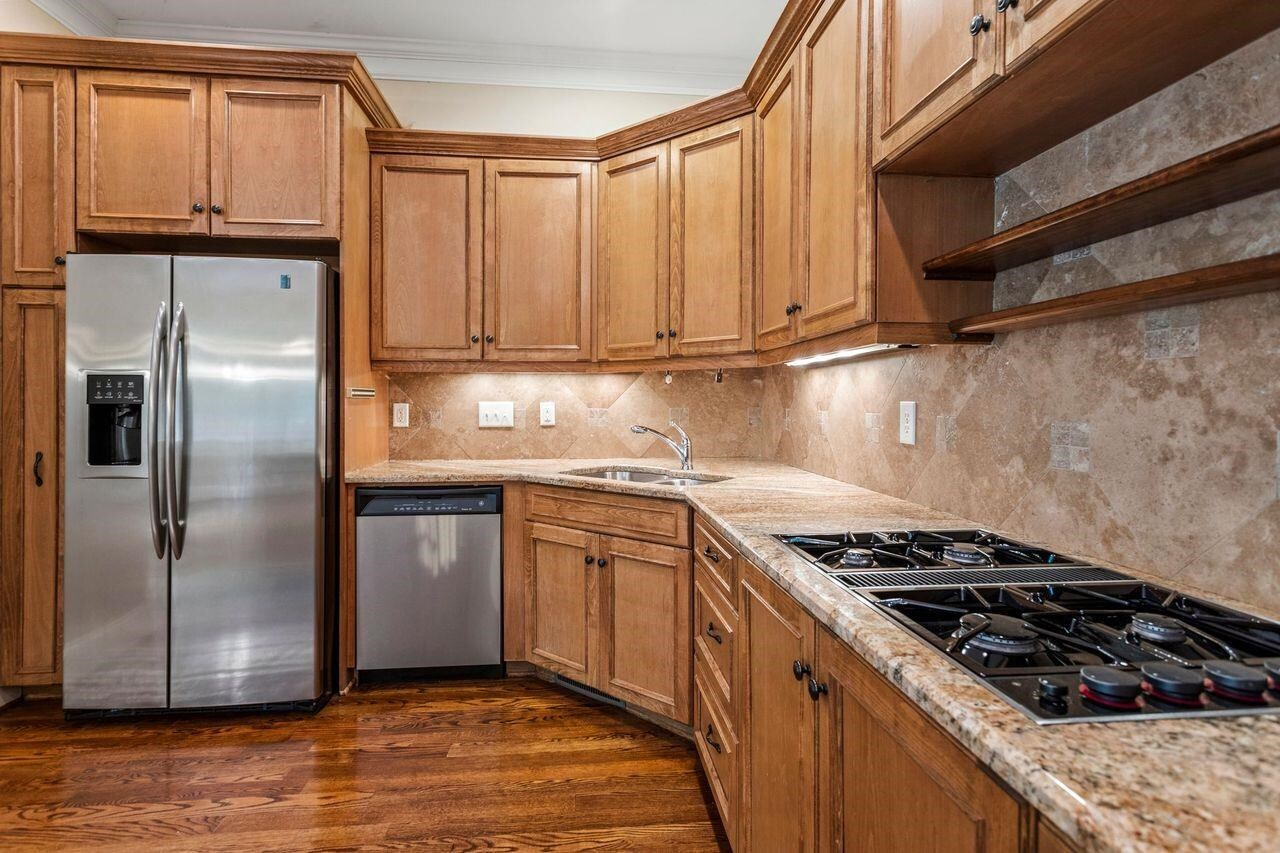 View Slide 9 for listing 8993405