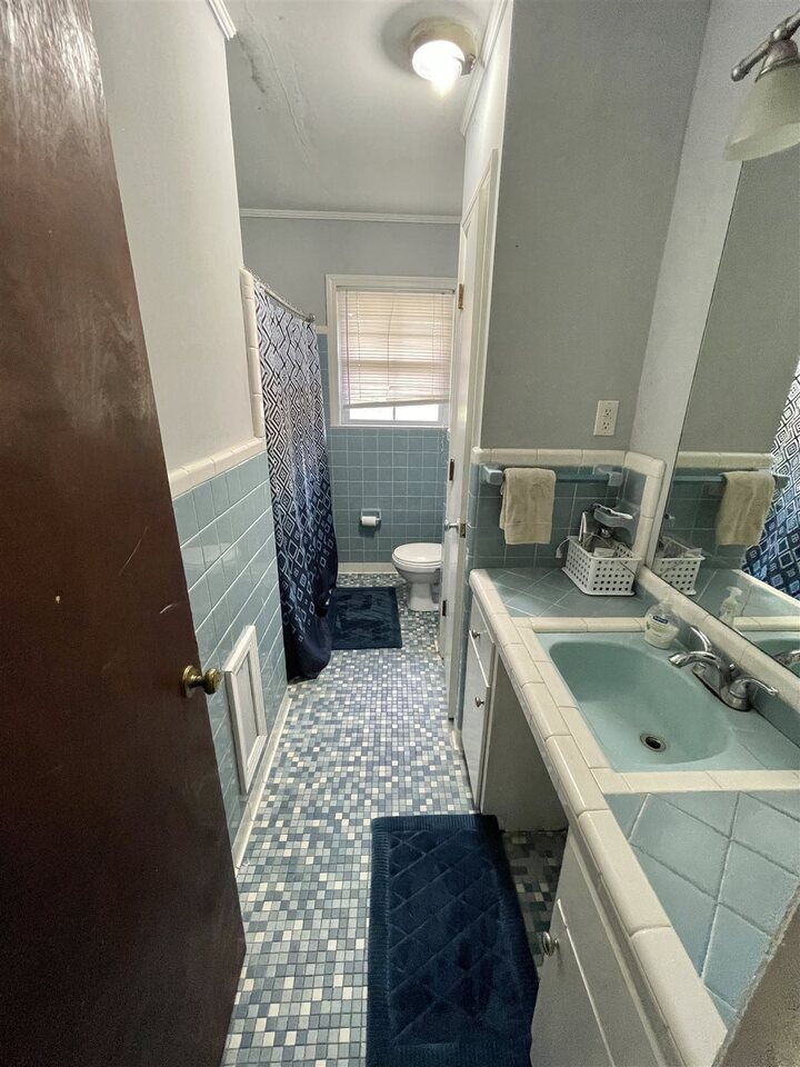 View Slide 17 for listing 9043695