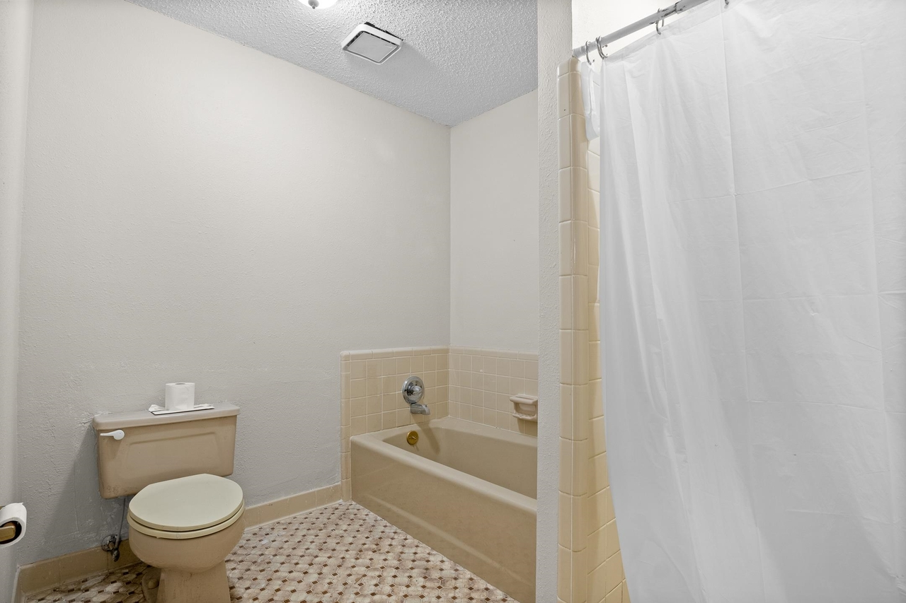 View Slide 13 for listing 9049389