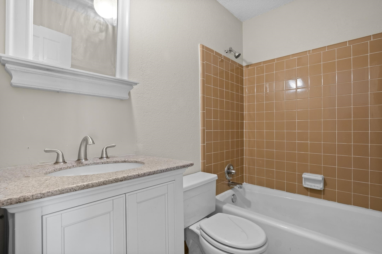 View Slide 17 for listing 9049389